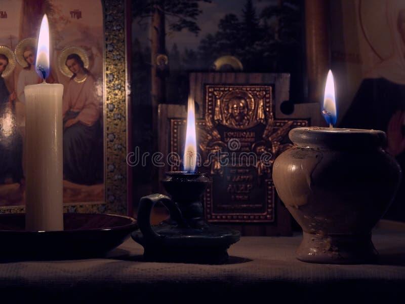 Wciąż życie świeczek ikon płomienia odbić twarzy kontemplaci Święty Modlitewny pokój fotografia stock