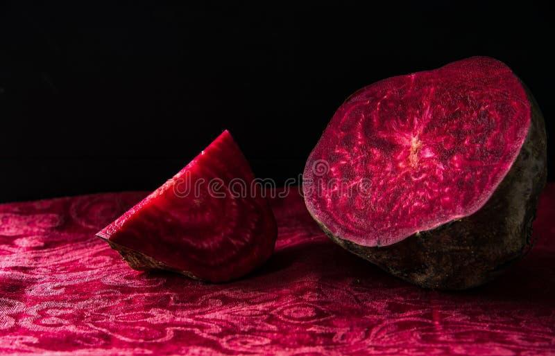Wciąż życie - Świezi czerwoni buraki z magiczną strukturą na ciemnym tle obrazy royalty free