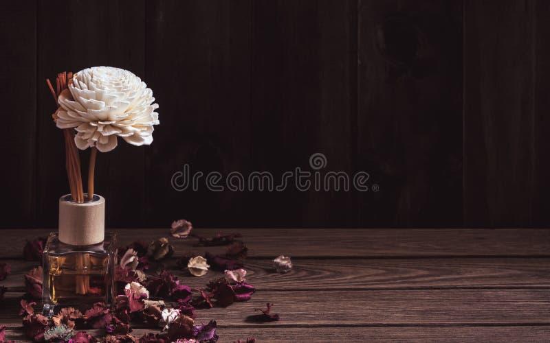 Wciąż życie Aromatyczny trzcinowy freshener, woń dyfuzor Ustawiający butelka z aromatem wtyka trzcinowych dyfuzory na ciemnej dre fotografia stock