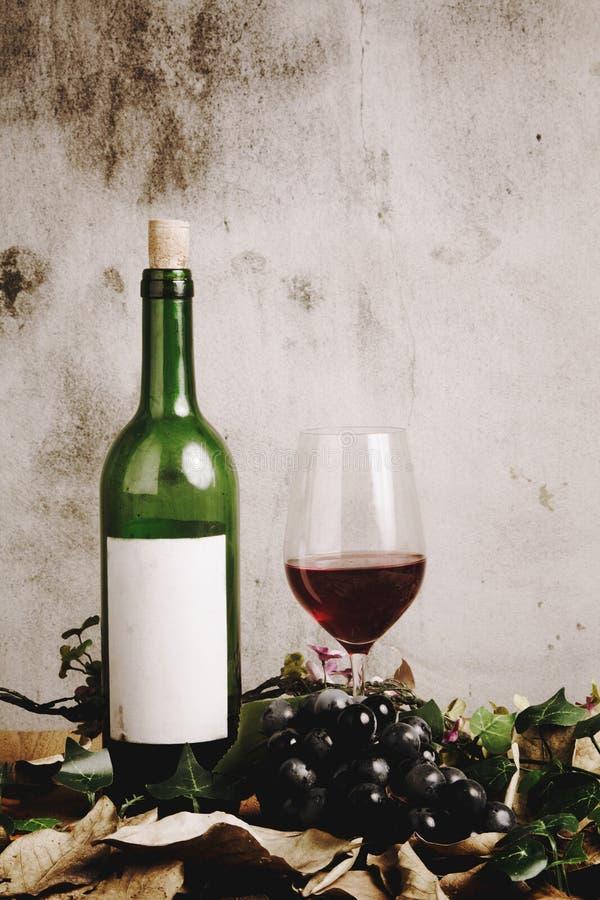 Wciąż życie czerwone wino butelka zdjęcia stock
