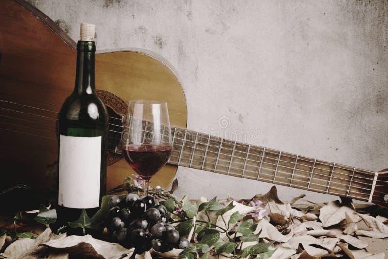 Wciąż życie czerwone wino butelka i wina szkło fotografia stock