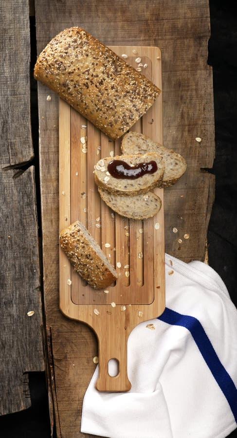 Wciąż życie koszt stały drewniana chlebowa tnąca deska zdjęcia stock