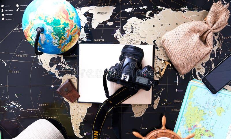 Wciąż życie podróżnik na czarnej politycznej mapie świat obrazy royalty free