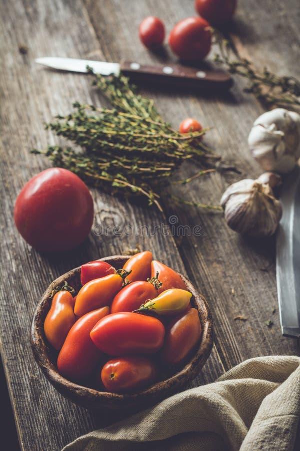 Wciąż życie pomidory i ziele barwi heirloom czerwonego pomidorów kolor żółty obraz royalty free