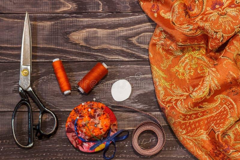 Wciąż życie przedmioty dla szyć: nici, nożyce, centymetr, fotografia royalty free
