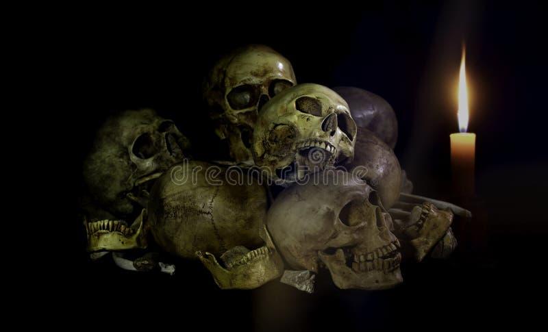 Wciąż życie styl; Czaszki kości z świeczką przy nocą Halloweenowy dzień obrazy stock