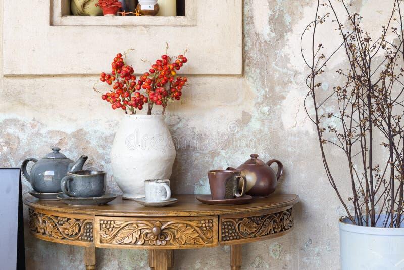 Wciąż życie szczegóły, filiżanka herbata i filiżanka kawy na plenerowym retr, zdjęcia royalty free