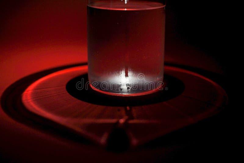 Wciąż życie szkło woda na czerwonym tle zdjęcia royalty free