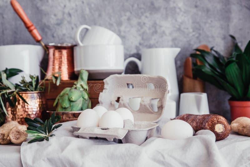 Wciąż życie w wieśniaka stylu Świezi jajka na pościel stole obraz stock