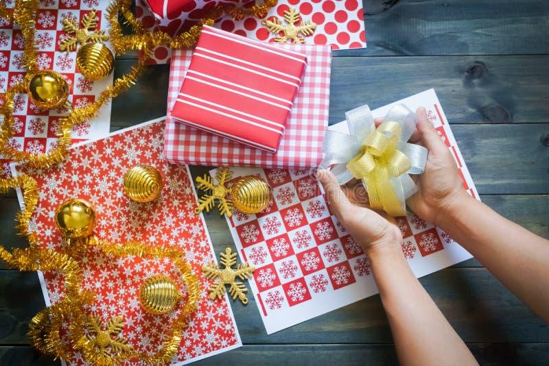 Wciąż życie Wesoło boże narodzenia i Szczęśliwy nowego roku DIY prezenta pudełko obraz stock