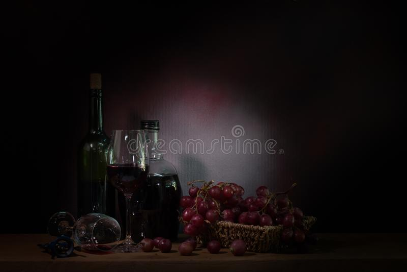 Wciąż życie, winograd winogrono z winem na drewnianym stole zdjęcia royalty free