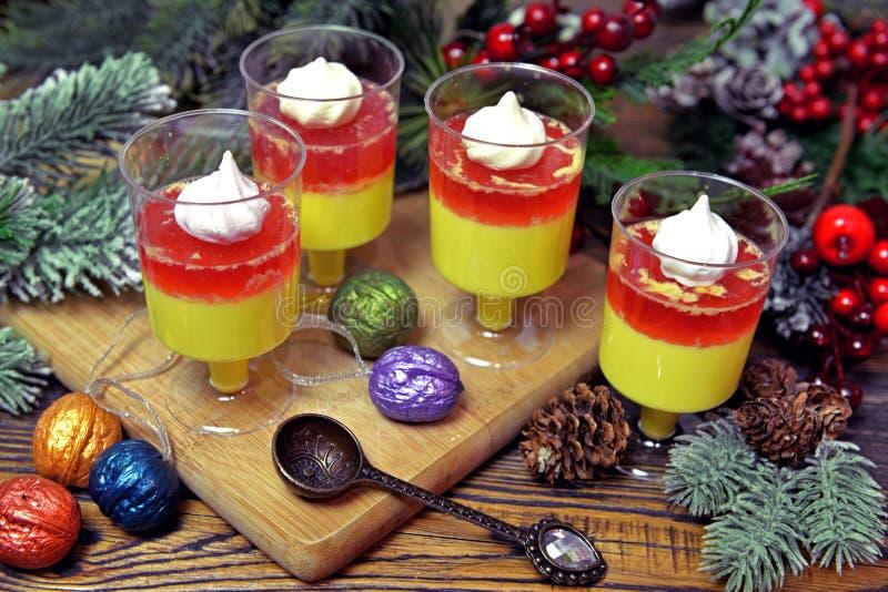 Wciąż życie z świątecznym jedzeniem, puddingiem, pomyślność ciastkami i dekoracjami na stole, fotografia stock