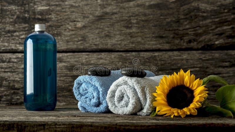 Wciąż życie z błękitnym i bielem staczał się ręczniki z czarnym zen st obrazy stock