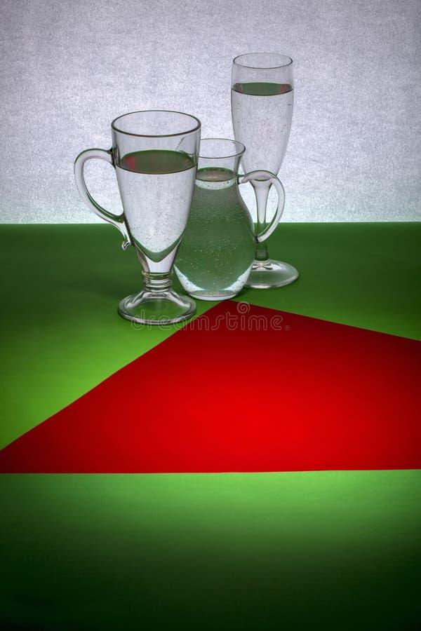Wciąż życie z czerwoną postacią na zielonym stole fotografia stock