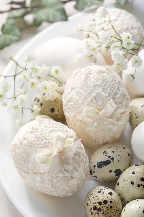 Wciąż życie z dekorującymi Wielkanocnymi jajkami w rocznika stylu fotografia stock