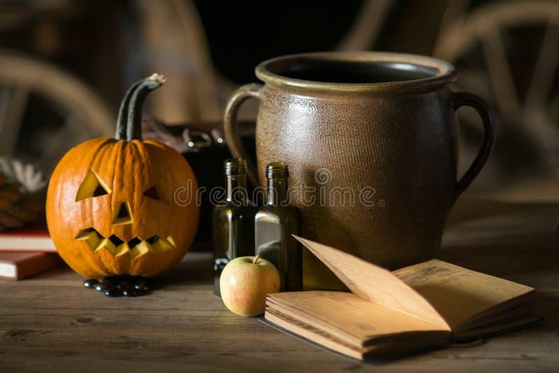 Wciąż życie z dyniową twarzą na Halloween w Październiku obrazy stock