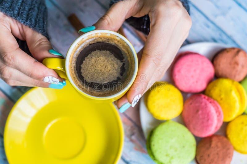 Wciąż życie z filiżanką herbata i cukierki fotografia stock