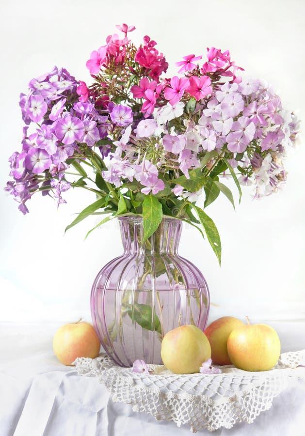 Wciąż życie z floksów jabłkami i kwiatami zdjęcie stock