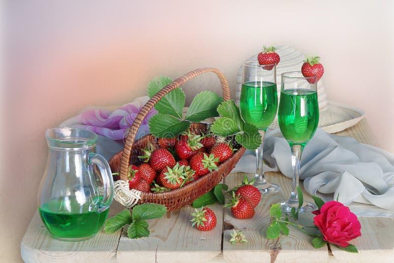Wciąż życie z jagodami i napojami w kuchni zdjęcia royalty free