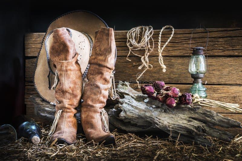 Wciąż życie z kowbojskim kapeluszem i tradycyjnymi rzemiennymi butami obraz stock