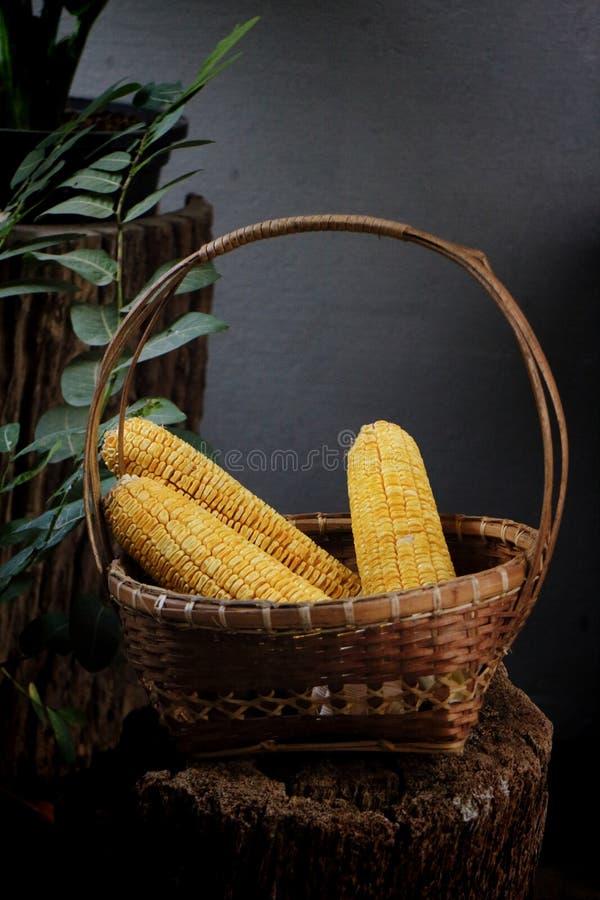 Wciąż życie z kukurudzą w koszu obraz stock