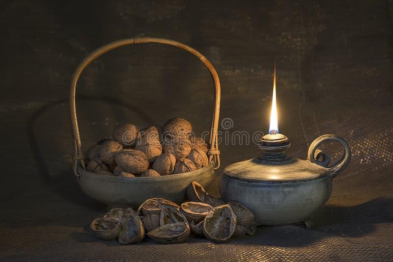 Wciąż życie Z Nafcianą lampą I orzechami włoskimi fotografia royalty free