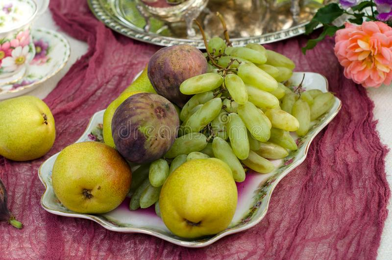 Wciąż życie z owoc na stole w ogródzie zdjęcie royalty free