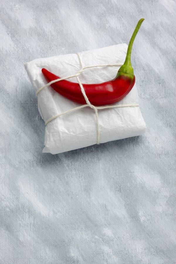 Wciąż życie z pakunku i gorącego chili pieprzem obraz stock