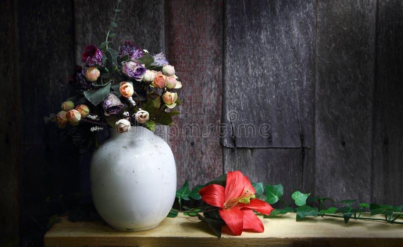 Wciąż życie z piękną wiązką kwiat fotografia royalty free