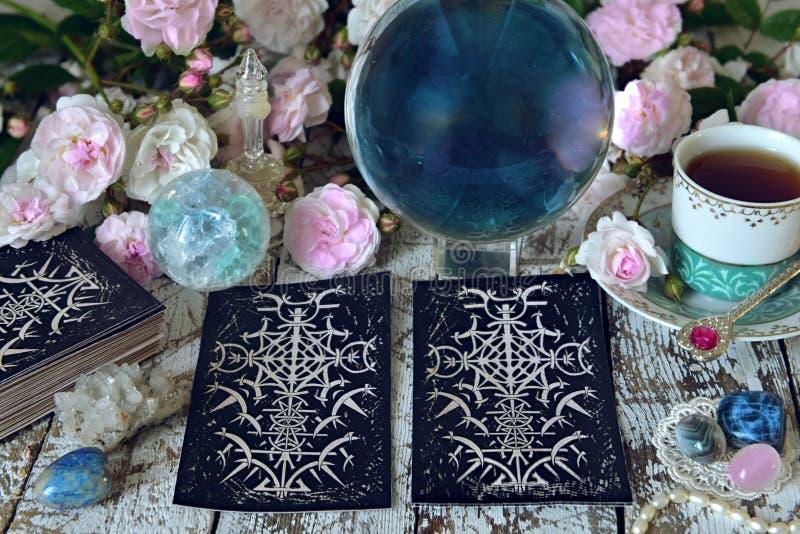 Wciąż życie z różami i kryształową kulą tarot kart, białych, fotografia royalty free