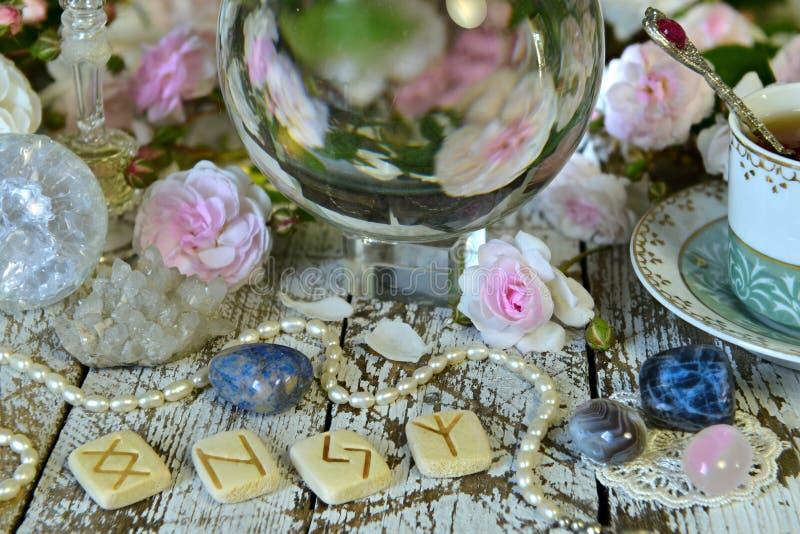 Wciąż życie z runes, filiżanką, różami i kryształową kulą, obrazy stock