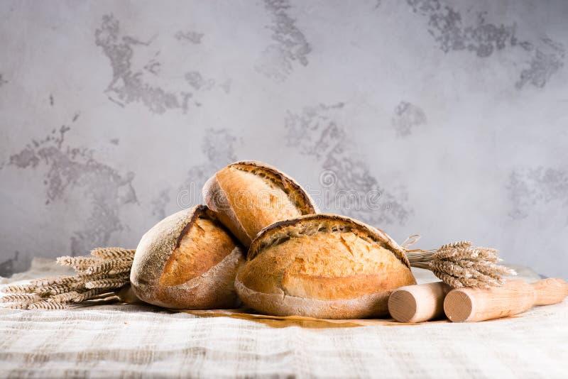 Wciąż życie z tradycyjnego round rzemieślnika pszenicznymi chlebowymi bochenkami, obrazy royalty free