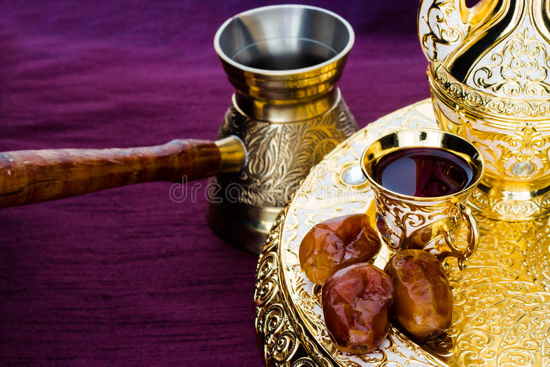 Wciąż życie z tradycyjny złoty arabski kawowym ustawiającym z dallah fotografia stock