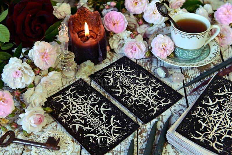 Wciąż życie z układem, filiżanką i świeczką tarot kart, fotografia royalty free
