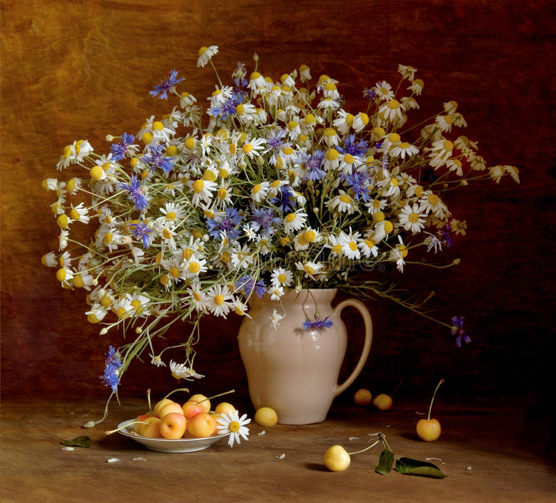 Wciąż życie z wildflowers i słodką wiśnią zdjęcie royalty free
