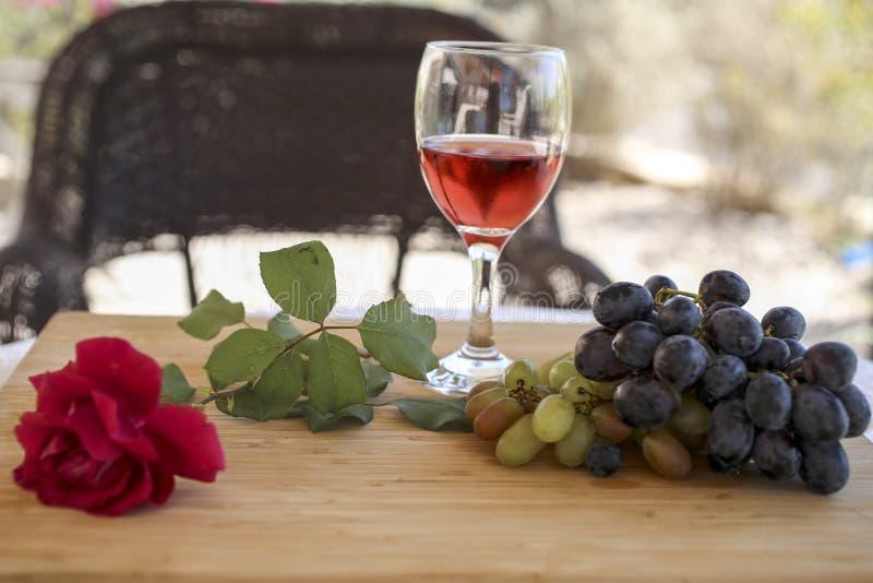 Wciąż życie z winem, winograd i wzrastał zdjęcia stock