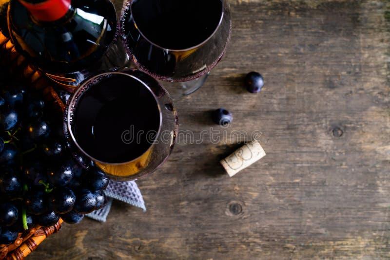 Wciąż folował wineglasses, butelkę czerwone wino i grę życie z dwa, zdjęcie stock
