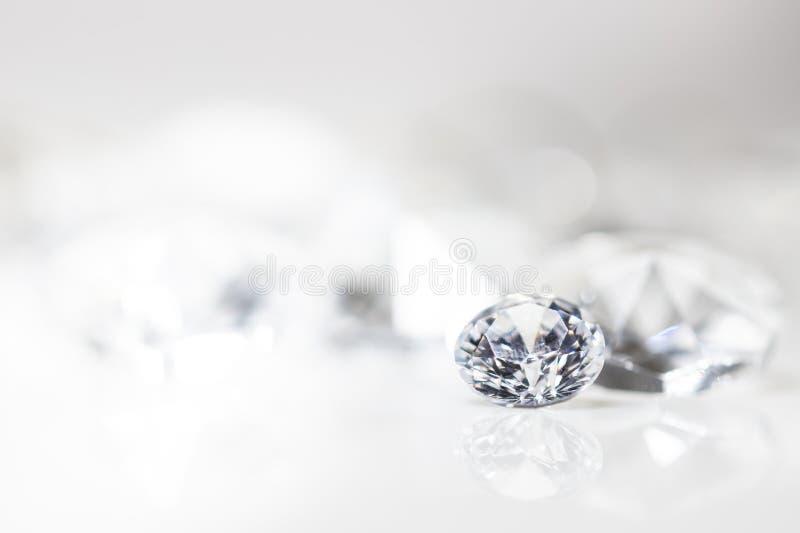 Wciąż z drogimi diamentami przed białym tłem obraz stock