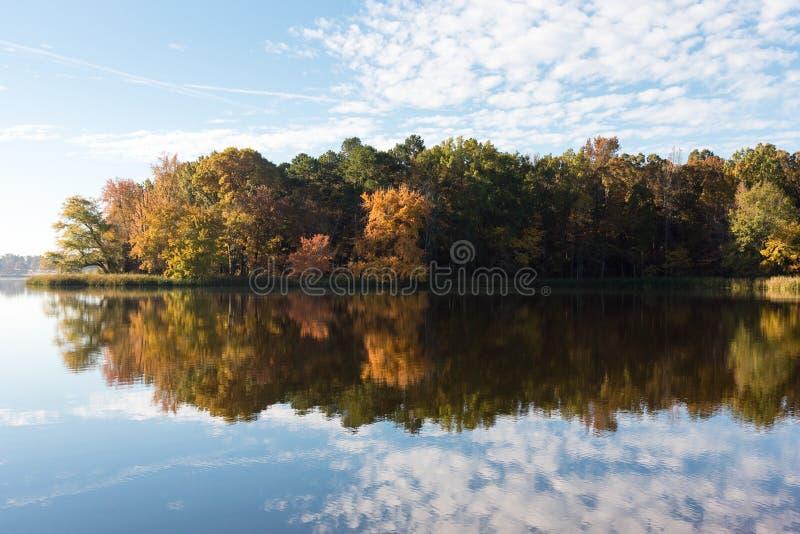Wcześni jesień kolory i niebieskiego nieba odbicie w jeziorze fotografia royalty free