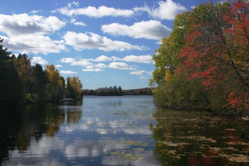 wcześniej upadku jeziora krajobrazu zdjęcia royalty free
