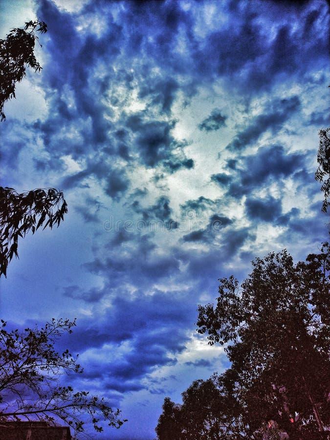 Wczesnego poranku głęboki niebieskie niebo z zwartą chmurą fotografia stock