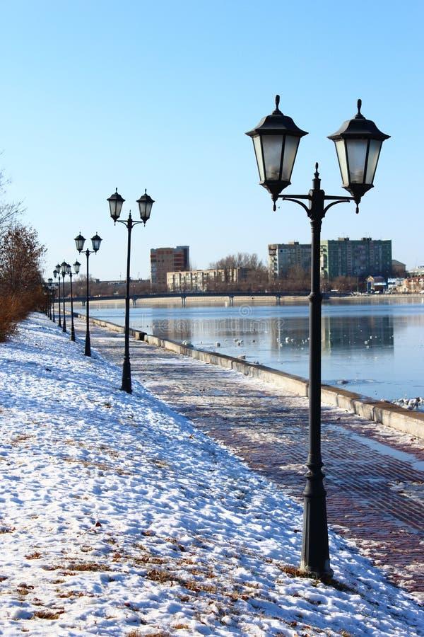 Wczesnego poranku miasta krajobrazu rzeczna cieśnina zaświeca powierzchnię wodna budowa most obrazy royalty free