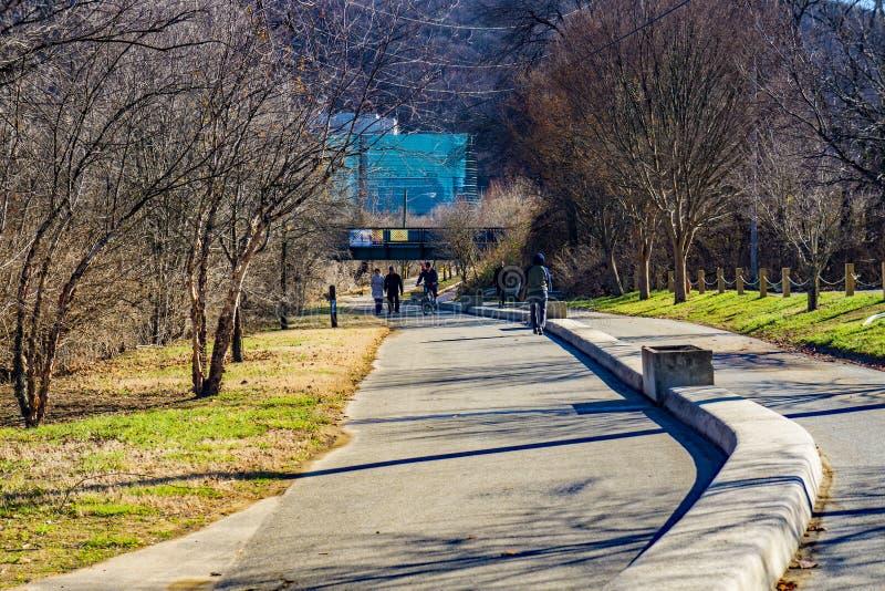 Wczesnego Poranku piechurzy, biegacze i rowerzyści na Roanoke rzeki Greenway, obraz royalty free