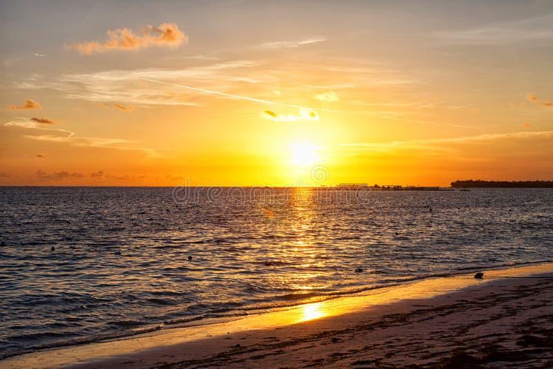 Wczesnego poranku słońce wzrasta nad oceanem obrazy royalty free