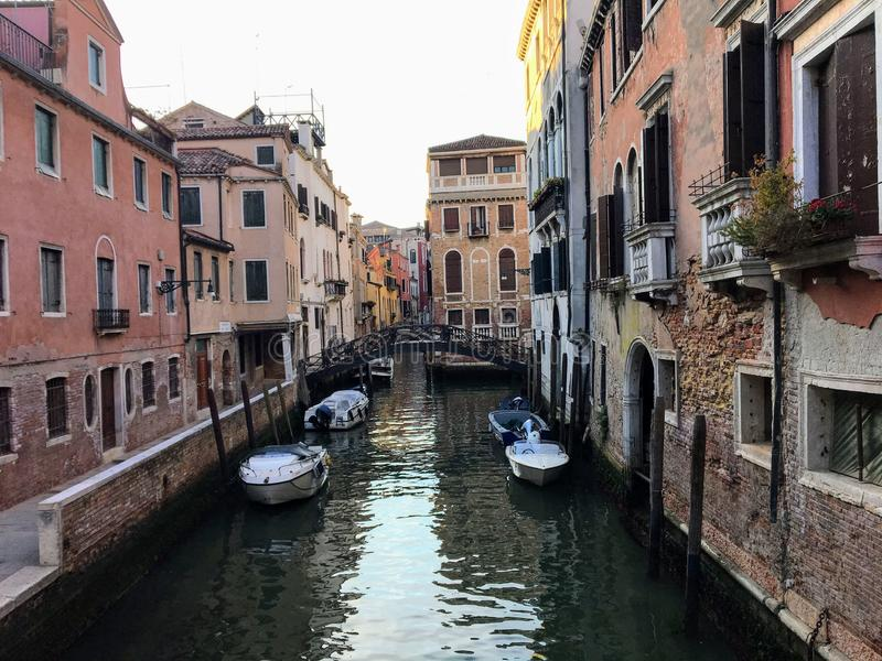Wczesnego poranku widok spokojny wąski stary kanał w Wenecja, Włochy Antyczna venetian architektura wykłada kanał zdjęcia royalty free