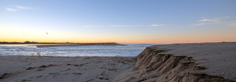 Wczesnego poranku wschód słońca widok Santa Clara rzeczny spływanie w ocean spokojnego na złocistym wybrzeżu Kalifornia przy Vent zdjęcia stock