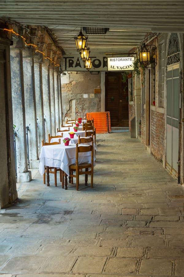 Wczesnego wieczór miejsca obiadowi położenia w restauracji zdjęcie royalty free