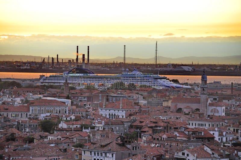 Wczesnego wieczór niebo nad statkiem w Wenecja zdjęcia royalty free