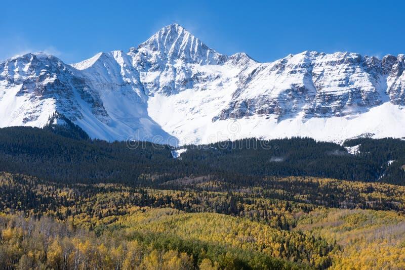 Wczesny śnieg Zakrywający jesieni Wilson szczyt w Południowo-zachodni Kolorado fotografia stock