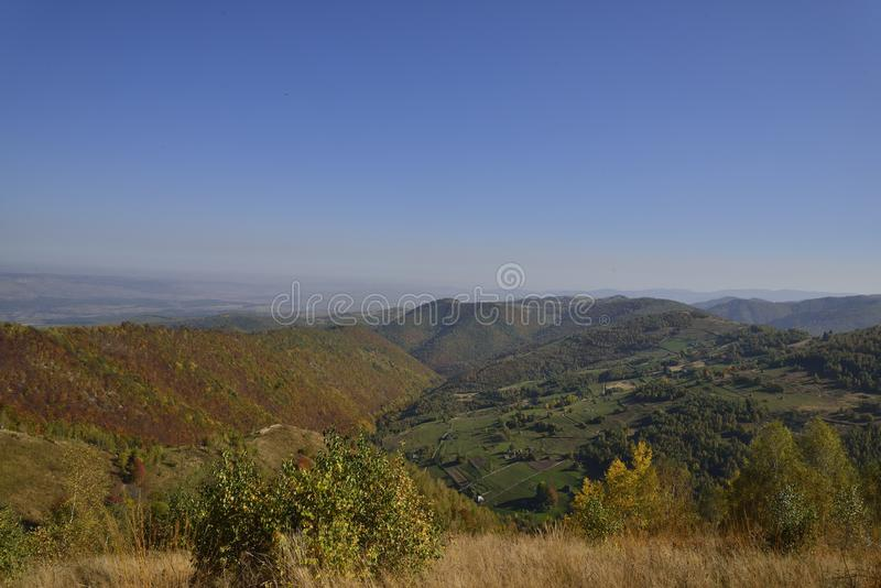 Wczesny jesień krajobraz nad górami obraz stock